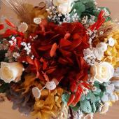 Flores & Joyas  ¡REGALAZO para hacer entre varias amigas por un nacimiento o pedida, para regalar un cumpleaños, o que nos regalen en un aniversario, San Valentín, Día de la madre, sorpresón porque sí, etc.! Mil motivos para regalar/regalarnos una joya y unas flores.   Son flores naturales preservadas que ofrecemos en colaboración con una floristería. Ellos se encargan de enviar el envío en pack súper bonito preparado de la joya con el centro de flores, por eso hemos empezado con un único modelo de joya, ¡Nuestro colgante más top! Si queréis añadir otra joya, está llegará por separado del pack.   Los envíos se hacen de L a V y salen al día siguiente de que hagáis el pedido y de ahí tarda unas 48h. Si lo necesitáis en 24h o en una fecha concreta podéis escribirnos por instagram o por whatsApp para indicarnos lo y os confirmamos.  También hemos puesto la opción de comprar el centro de flores sin joya por si solo queréis mandar las flores que son espectaculares de bonitas.  Cualquier duda, nos decís que siempre intentamos contestaros lo antes posible 24/7 ☺️  Gracias a todas por hacer posible esto, nos hacía mucha ilusión poder sacar algo así. Es muy nuestro, muy Varac, hecho con delicadeza e intentando mejorar siempre hasta el último detalle.   En momentos menos bueno, hay que darse el gusto de disfrutar de cosas bonitas que animen nuestro ánimo y nuestro día. ¡Esperamos que os guste tanto como a nosotros!   Es REGALAZO 💎💐🎁  #bevarac