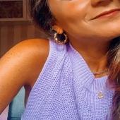La elegancia de los detalles en cualquier look con nuestros colgantes y con uno de nuestros pendientes más Tops, los Aros Munch #bevarac
